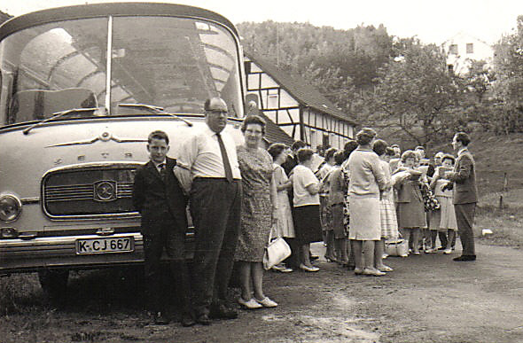 21 b Opa Karl Oma Agnes vor Bus